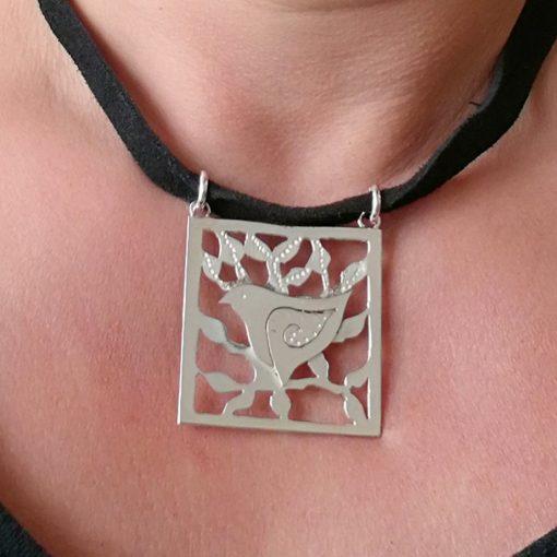 Halsband med fågel och blad